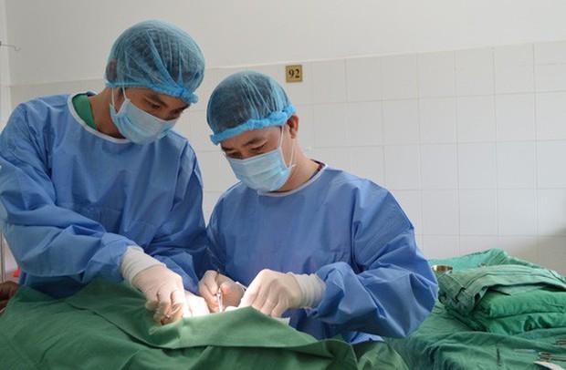 Bơm silicon nâng ngực, bị hoại tử vòng 1 nghiêm trọng - Ảnh 1.