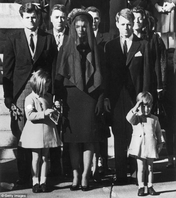 Đệ nhất phu nhân Jackie Kennedy: Mạnh mẽ vượt qua nỗi đau mất con, chồng chết ngay trước mắt và biểu tượng thời trang sống mãi với thời gian - Ảnh 19.