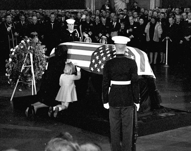 Đệ nhất phu nhân Jackie Kennedy: Mạnh mẽ vượt qua nỗi đau mất con, chồng chết ngay trước mắt và biểu tượng thời trang sống mãi với thời gian - Ảnh 20.