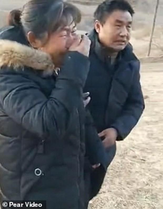 Trung Quốc: Cha mẹ gào khóc trước mộ con gái bị trộm xác làm cô dâu ma - Ảnh 4.