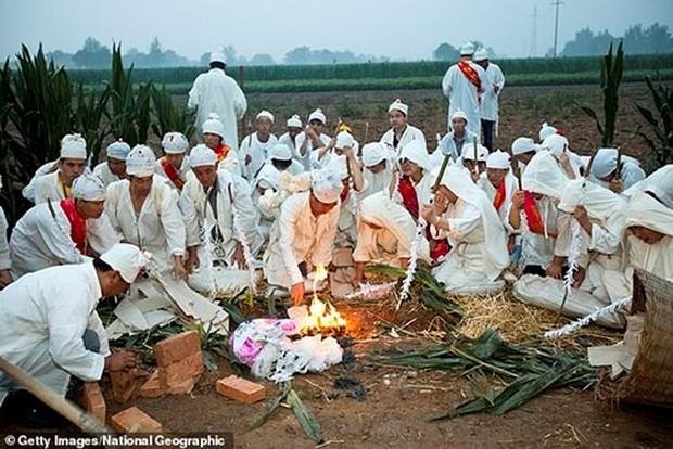 Trung Quốc: Cha mẹ gào khóc trước mộ con gái bị trộm xác làm cô dâu ma - Ảnh 7.