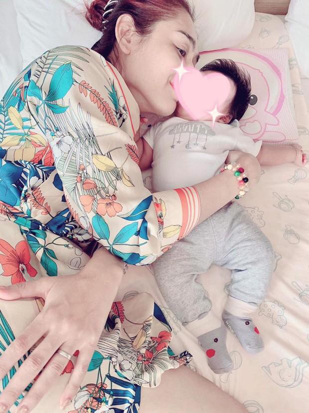 Lâm Khánh Chi khoe ảnh con trai đầu lòng đúng ngày kỉ niệm 1 năm kết hôn với ông xã kém tuổi - Ảnh 1.