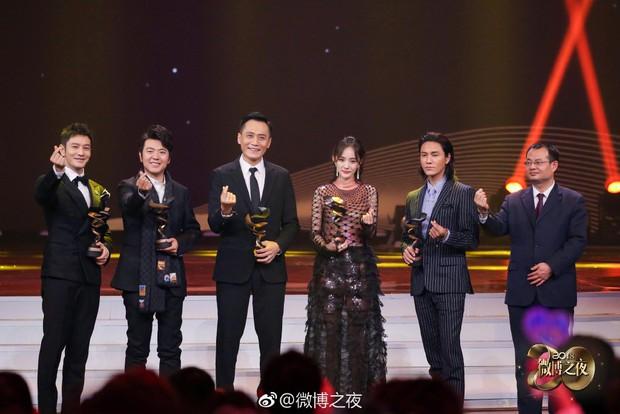 Mỹ nhân quỵt tiền Dương Mịch nhận giải thưởng từ thiện của năm, netizen mỉa mai: Trò đùa nực cười nhất 2018 - Ảnh 2.