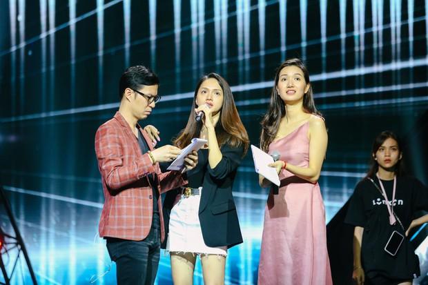 2 nhan sắc chuyển giới Hương Giang - Yoshi đọ mặt mộc trong buổi tổng duyệt Chung kết The Tiffany Vietnam - Ảnh 1.