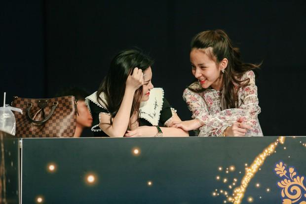2 nhan sắc chuyển giới Hương Giang - Yoshi đọ mặt mộc trong buổi tổng duyệt Chung kết The Tiffany Vietnam - Ảnh 2.