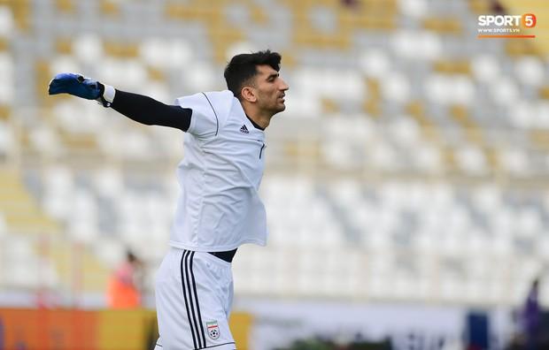 Tuyển Việt Nam cần dè chừng với thủ môn Iran có tài lẻ ném bóng kiến tạo cực kỳ đẳng cấp - Ảnh 2.