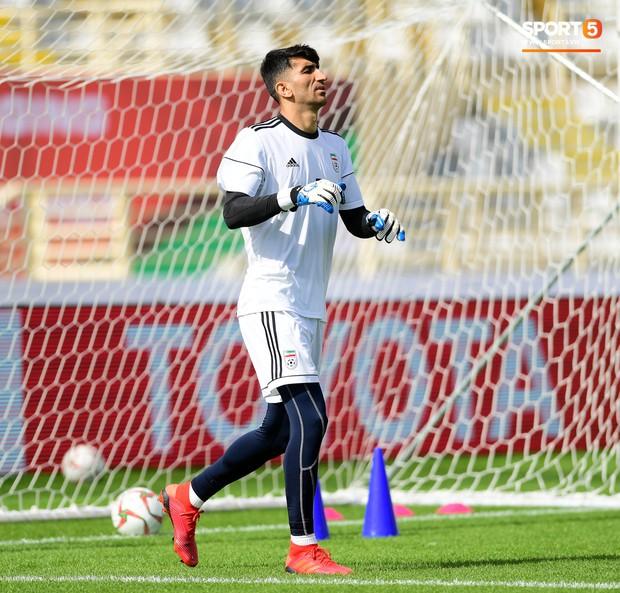 Tuyển Việt Nam cần dè chừng với thủ môn Iran có tài lẻ ném bóng kiến tạo cực kỳ đẳng cấp - Ảnh 3.