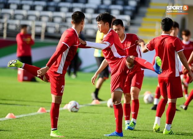 Xuân Trường rớm mồ hôi, tuyển Việt Nam vất vả thích nghi với cái nắng chói chang trước ngày đấu Iran - Ảnh 6.