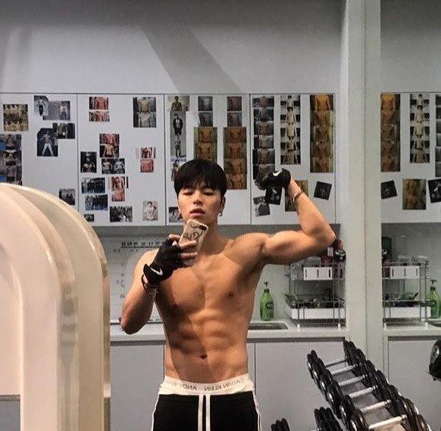 iKON Jun Hoe đăng ảnh đẹp trai sáu múi cuồn cuộn nhưng vẫn bị dân Hàn chê tâm xấu nên tướng xấu - Ảnh 1.