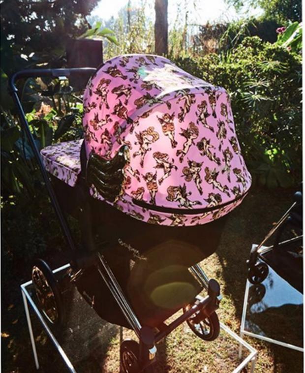 Vén màn cuộc sống rich kid siêu sang của con gái Kylie Jenner: Chưa đầy 1 tuổi đã diện đồ hiệu, ngồi phi cơ riêng - Ảnh 7.