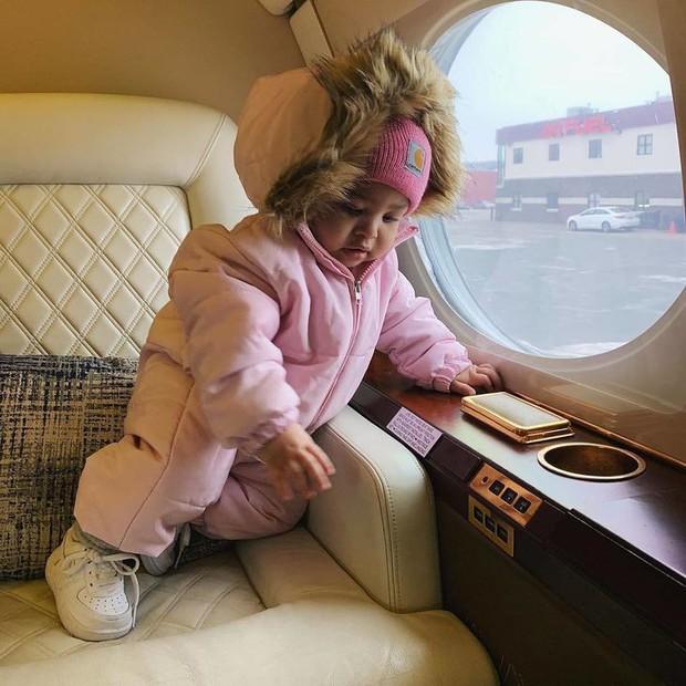 Vén màn cuộc sống rich kid siêu sang của con gái Kylie Jenner: Chưa đầy 1 tuổi đã diện đồ hiệu, ngồi phi cơ riêng - Ảnh 19.