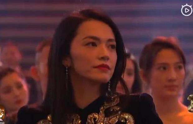 Thái độ trái ngược của Địch Lệ Nhiệt Ba và dàn sao khi chứng kiến Dương Mịch nhận giải thưởng gây tranh cãi - Ảnh 6.