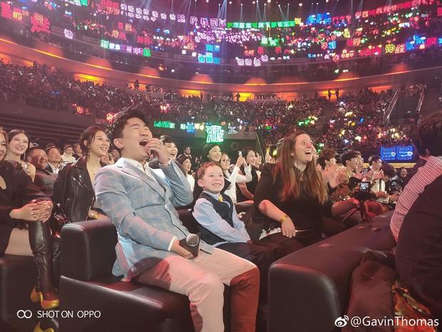 Cậu bé meme đi dự sự kiện lớn ở Trung Quốc, cả dàn sao đình đám thi nhau xin chụp ảnh chung - Ảnh 9.
