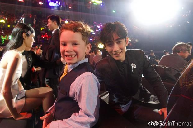 Cậu bé meme đi dự sự kiện lớn ở Trung Quốc, cả dàn sao đình đám thi nhau xin chụp ảnh chung - Ảnh 4.