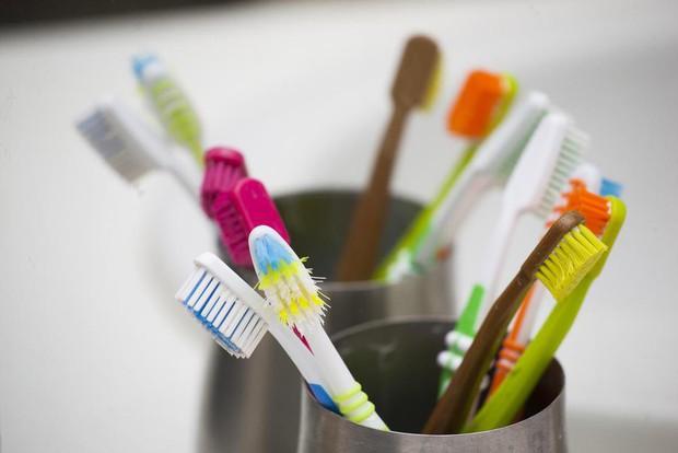 Dùng bàn chải mà không chú ý tới những điều này thì bảo sao bạn dễ bị mắc bệnh răng miệng - Ảnh 2.