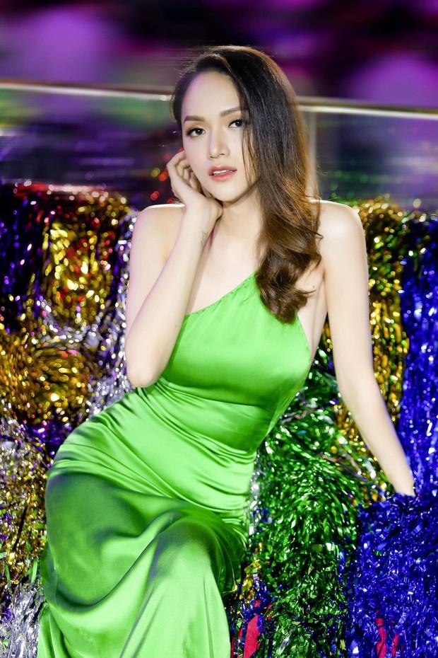 Bị khán giả chụp lén, Hoa hậu Hương Giang vẫn gây sốt với nhan sắc xinh đẹp cùng thần thái ngời ngời - Ảnh 4.