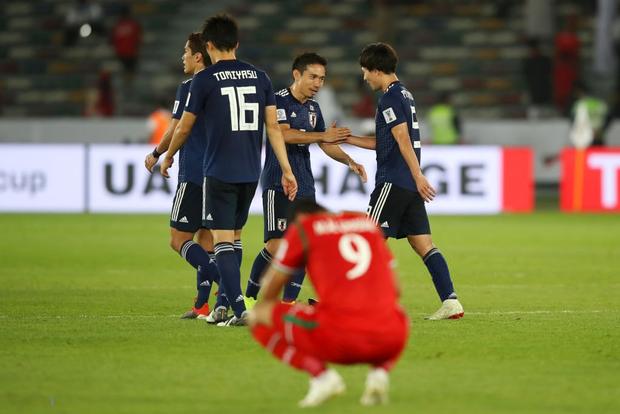 Oman thua tức tưởi vào ngày cầu thủ Nhật Bản dùng tay cản bóng trong vùng cấm địa vẫn thoát phạt đền - Ảnh 1.