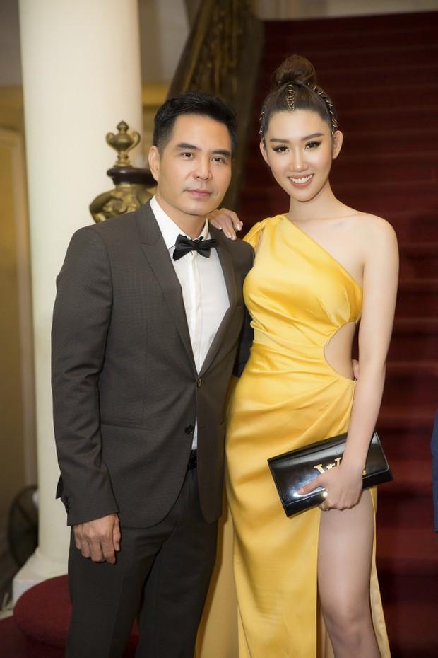 Lên sân khấu chụp ảnh lưu niệm, Thuý Ngân bị lấy cắp túi hiệu khi tham dự lễ trao giải tối qua - Ảnh 2.
