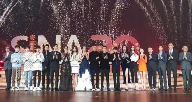 Nhìn lại những lùm xùm trong Đêm Weibo: Dương Mịch chen hàng, Châu Tinh Trì ngao ngán vì MC quá mức vô duyên - Ảnh 15.