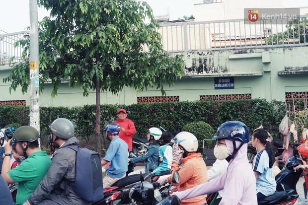 Phía sau đoạn clip người đàn ông mặc áo dài đỏ, nhảy múa trên hè phố Sài Gòn: Kiếm tiền cho con đi học, có gì phải xấu hổ - Ảnh 5.