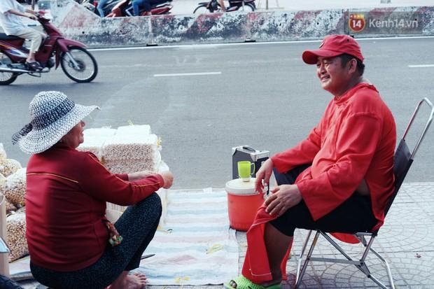 Phía sau đoạn clip người đàn ông mặc áo dài đỏ, nhảy múa trên hè phố Sài Gòn: Kiếm tiền cho con đi học, có gì phải xấu hổ - Ảnh 10.