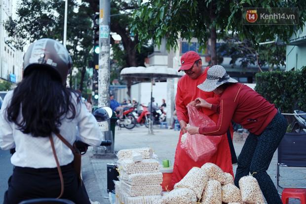 Phía sau đoạn clip người đàn ông mặc áo dài đỏ, nhảy múa trên hè phố Sài Gòn: Kiếm tiền cho con đi học, có gì phải xấu hổ - Ảnh 9.
