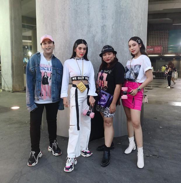 Dàn sao Thái khủng đến ủng hộ em gái quốc tế Lisa tại concert Black Pink, nhưng bố mẹ của cô mới là tâm điểm - Ảnh 1.