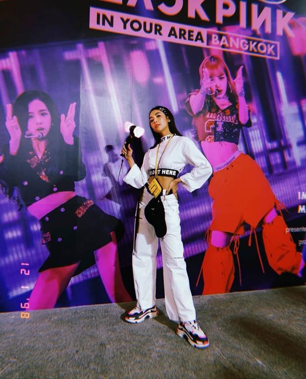 Dàn sao Thái khủng đến ủng hộ em gái quốc tế Lisa tại concert Black Pink, nhưng bố mẹ của cô mới là tâm điểm - Ảnh 2.
