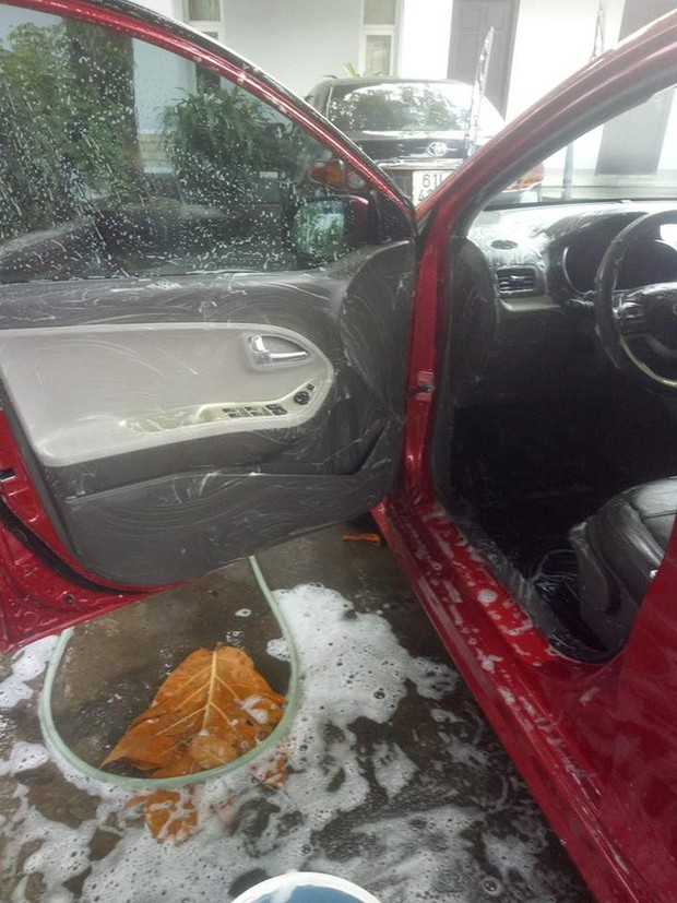 Cô vợ sạch sẽ nhất năm: Chà xà phòng vào vô lăng, cần số để rửa ô tô cho chồng - Ảnh 1.