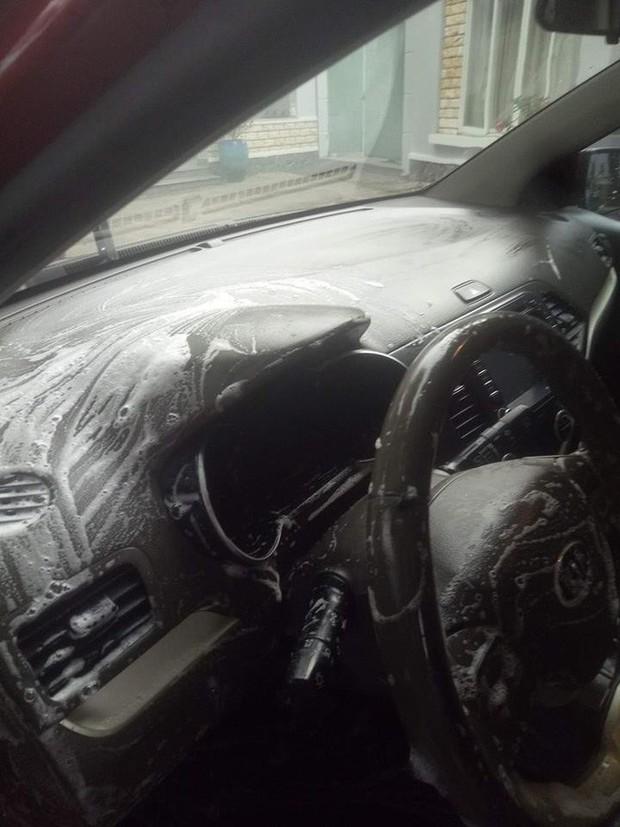 Cô vợ sạch sẽ nhất năm: Chà xà phòng vào vô lăng, cần số để rửa ô tô cho chồng - Ảnh 2.