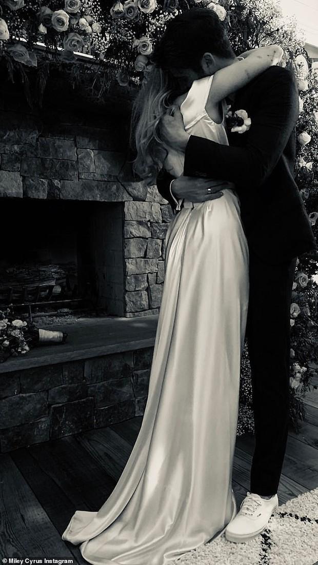 Đây là cảm xúc của Miley Cyrus khi bị khách mời tự tiện rò rỉ ảnh cưới dù không được phép - Ảnh 2.