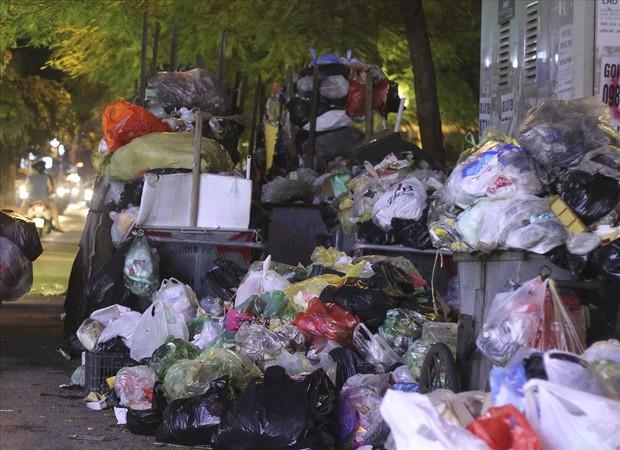 Hà Nội: Dân chặn xe vào bãi rác Nam Sơn, nội thành ngổn ngang rác thải - Ảnh 2.