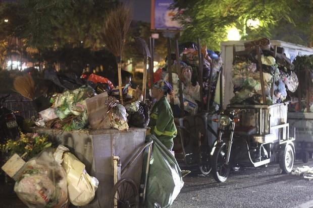 Hà Nội: Dân chặn xe vào bãi rác Nam Sơn, nội thành ngổn ngang rác thải - Ảnh 3.