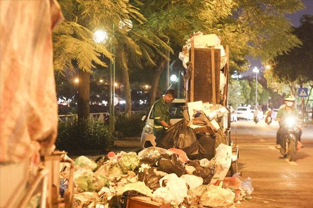 Hà Nội: Dân chặn xe vào bãi rác Nam Sơn, nội thành ngổn ngang rác thải - Ảnh 1.