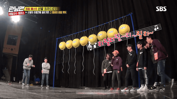 Running Man: Lee Kwang Soo nổi điên đá văng giày khi liên tục bị trêu ghẹo chuyện tình cảm - Ảnh 1.