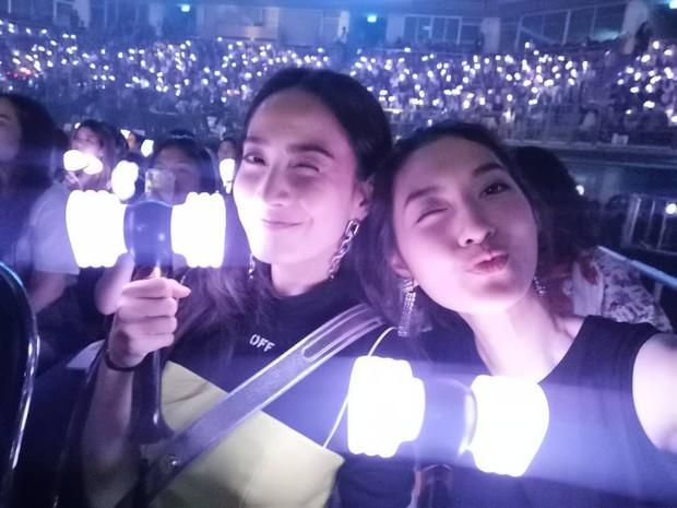 Dàn sao Thái khủng đến ủng hộ em gái quốc tế Lisa tại concert Black Pink, nhưng bố mẹ của cô mới là tâm điểm - Ảnh 13.