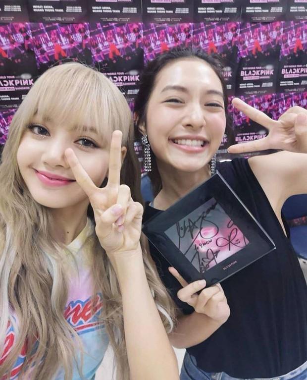 Dàn sao Thái khủng đến ủng hộ em gái quốc tế Lisa tại concert Black Pink, nhưng bố mẹ của cô mới là tâm điểm - Ảnh 11.