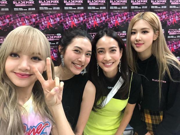 Dàn sao Thái khủng đến ủng hộ em gái quốc tế Lisa tại concert Black Pink, nhưng bố mẹ của cô mới là tâm điểm - Ảnh 8.