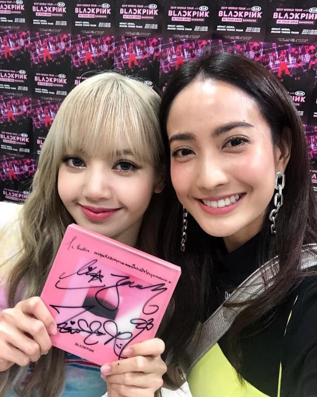 Dàn sao Thái khủng đến ủng hộ em gái quốc tế Lisa tại concert Black Pink, nhưng bố mẹ của cô mới là tâm điểm - Ảnh 10.