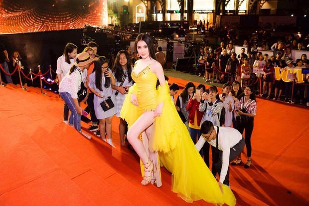 Những lần sao Việt làm lố trên thảm đỏ sự kiện: Người không mời cũng tới, kẻ diện đồ gây tranh cãi để nổi bật - Ảnh 2.