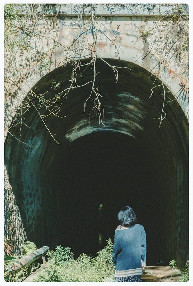 Hầm xe lửa Đà Lạt đẹp như phim Em sẽ đến cùng cơn mưa  - Ảnh 1.