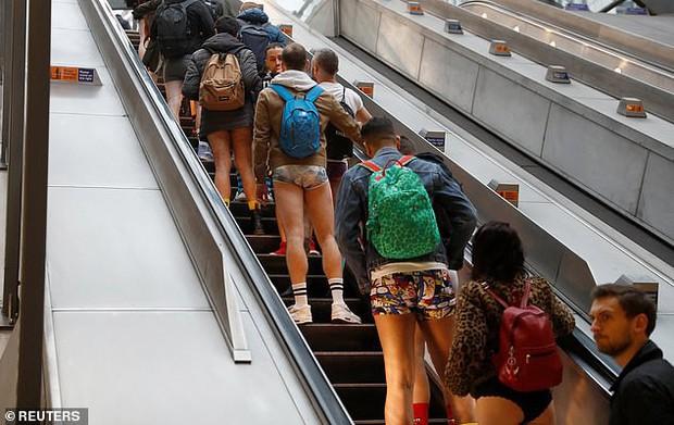 Hàng trăm người London nô nức rủ nhau không mặc quần đi tàu điện ngầm - Ảnh 6.