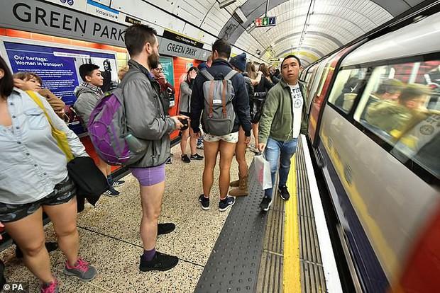 Hàng trăm người London nô nức rủ nhau không mặc quần đi tàu điện ngầm - Ảnh 2.