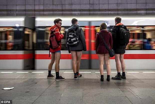 Hàng trăm người London nô nức rủ nhau không mặc quần đi tàu điện ngầm - Ảnh 3.
