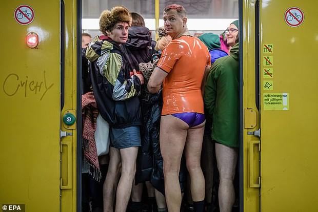 Hàng trăm người London nô nức rủ nhau không mặc quần đi tàu điện ngầm - Ảnh 5.