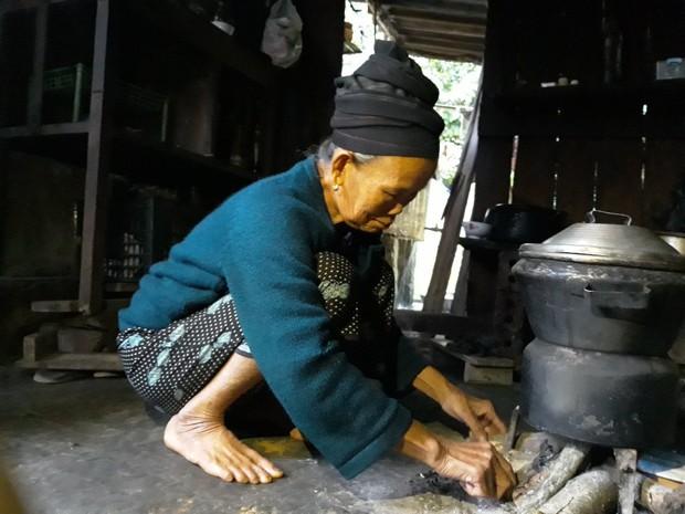 Chuyện đau lòng của một người mẹ già tự tay nhốt con trai vào cũi sắt suốt 15 năm dài - Ảnh 1.