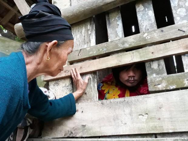 Chuyện đau lòng của một người mẹ già tự tay nhốt con trai vào cũi sắt suốt 15 năm dài - Ảnh 5.