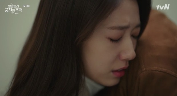 """Park Shin Hye khóc tiễn lâm li như thể Hyun Bin sắp ra chiến trường ở """"Hồi Ức Alhambra"""" - Ảnh 4."""