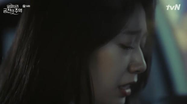 """Park Shin Hye khóc tiễn lâm li như thể Hyun Bin sắp ra chiến trường ở """"Hồi Ức Alhambra"""" - Ảnh 8."""