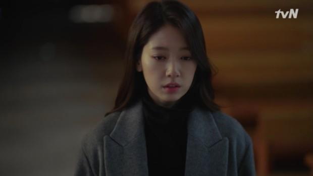 """Park Shin Hye khóc tiễn lâm li như thể Hyun Bin sắp ra chiến trường ở """"Hồi Ức Alhambra"""" - Ảnh 13."""